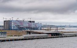 Neue Wohngebäude durch Passagier-Hafen in Russland Lizenzfreie Stockfotos