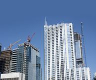 Neue Wolkenkratzer im Bau mit hohen Kränen lizenzfreies stockfoto