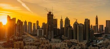 Neue Wolkenkratzer werden schnell während Abu Dhabis errichtet stockbilder