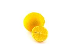 Neue Zitrone und Zitronenscheibe auf weißem Hintergrund Lizenzfreies Stockfoto