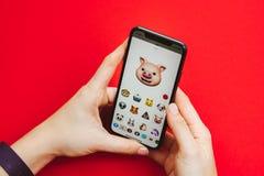 Neuen Flaggschiff Apples Iphone X in der Hand halten Smartphone Lizenzfreie Stockfotografie
