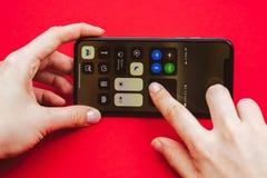 Neuen Flaggschiff Apples Iphone X in der Hand halten Smartphone Lizenzfreie Stockfotos