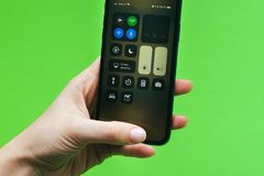 Neuen Flaggschiff Apples Iphone X in der Hand halten Smartphone Stockfotos