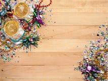 Neuen Jahres: Konfettis mit Champagne To Celebrate Stockbilder