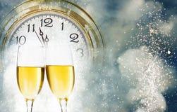 Neuen Jahres um Mitternacht - alte Uhr und Lichterkette Lizenzfreie Stockfotografie