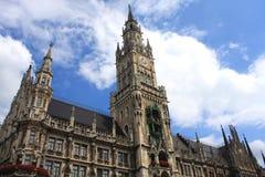 Neuen Rathaus (nytt stadshus) är en storartad neo-gotisk bui Royaltyfri Fotografi