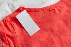 Neuen rosaroten Kindes oder das T-Shirt der Frauen mit sauberem Aufkleber auf weißem Hintergrund Konzepteinkaufen, Sommerschlussv lizenzfreie stockbilder