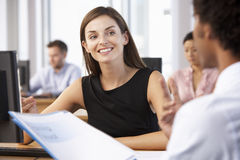 Neuer Angestellter, der Arbeit im beschäftigten Büro beginnt lizenzfreie stockbilder