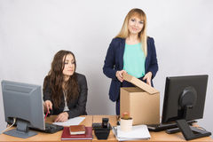 Neuer Angestellter im Büro vereinbart glücklich Sachen, nahe bei einem Kollegen stockfotos