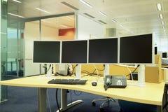 Neuer Arbeitsplatz mit Schirmen, Tastatur, Telefon in einem stilvollen Büro Stockfotos