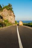Neuer Asphaltstraßeweg blockierte auf dem Landweg Wertverlust-/Felsenrückgang Stockfotos
