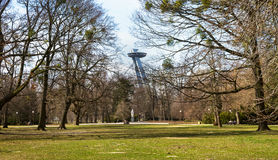 Neuer Brückenmast mit UFO-Restaurant über Park Treetops, Bratislava, Slowakei Lizenzfreies Stockfoto