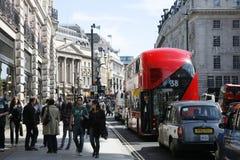 Neuer Bus für London stockbild