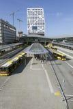 Neuer Busbahnhof und Stadtbüro Utrecht gesehen vom Steg Stockbild