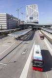 Neuer Busbahnhof und Stadtbüro Utrecht gesehen vom Steg Stockbilder