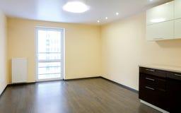 Neuer erneuerter Raum mit hölzernem Eichenboden Stockbild