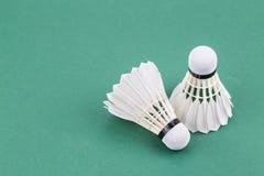Neuer Federball des Badminton zwei auf grüner Gerichtsmatte Stockfotos