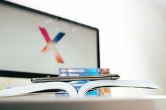 Neuer Flaggschiff Apples Iphone X Smartphone gesetzt auf Reisebuch Lizenzfreie Stockfotos