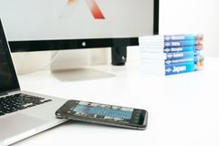 Neuer Flaggschiff Apples Iphone X Smartphone gesetzt auf weiße Tabelle Lizenzfreie Stockfotos