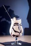 Neuer gemachter Bananen-und Vanille-Milchshake mit Schokolade Stockfoto