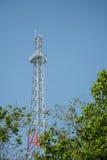 Neuer Handy ragt Hintergrund des blauen Himmels hoch Stockfotos