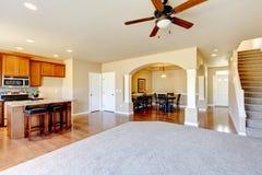 Neuer Hauptkücheninnenraum mit dunkelbraunen Kabinetten. stockbild