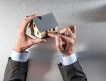 Neuer Hauskäufer übergibt das Zeigen des Türeingangs für Sicherheit Lizenzfreies Stockfoto