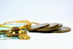 Neuer Inder 50 Rupien Währung und 10 rupess Coinswith-Schmuck auf lokalisiertem Hintergrund Lizenzfreie Stockfotos