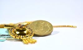 Neuer Inder 50 Rupien Währung und 10 rupess Coinswith-Schmuck auf lokalisiertem Hintergrund Lizenzfreie Stockfotografie