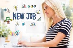 Neuer Job mit glücklicher junger Frau vor dem Computer Stockfoto