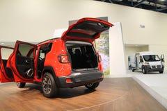 Neuer kompakter Jeep auf Stand Stockbild
