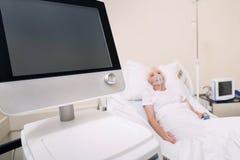 Neuer Lungenmonitor, der für Behandlung beschäftigt wird lizenzfreie stockbilder