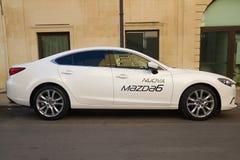 Neuer Mazda 6 auf der Straße Lizenzfreies Stockfoto