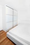 Neuer moderner schlafender Raum Stockfotografie