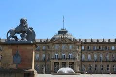 Neuer Palast von der Ehrenhof-Seite mit einem Löwe vom Wappen von WÃ-¼ rttemberg lizenzfreies stockbild