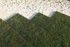 Neuer Rasen mit Rollen des Rasens lizenzfreies stockbild