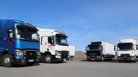 Neuer Renault Range T und d-LKWs auf Anzeige Stockfotos