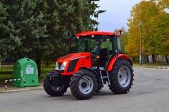 Neuer roter Traktor Stockfotos