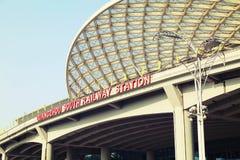 Neuer Südbahnhof Guangzhous im Bezirk China, modernes Gebäude der Bahnstation, Schienenanschluß stockfoto