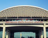Neuer Südbahnhof Guangzhous im Bezirk China, modernes Gebäude der Bahnstation, Schienenanschluß stockfotos