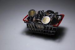 Neuer Sammlung Thailand-Baht prägt Stapelgeld im Korb stockfoto