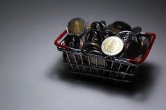 Neuer Sammlung Thailand-Baht prägt Stapelgeld im Korb lizenzfreies stockbild