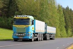 Neuer Scania-LKW und grüne ländliche Landschaft Stockbilder