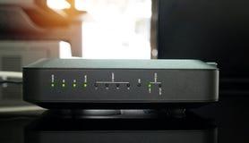 Neuer schwarzer wifi Router im Büro lizenzfreies stockbild