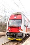 Neuer slowakischer roter Zug auf Bahn lizenzfreies stockfoto