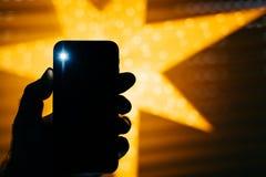 Neuer Smartphone mit Stern im perfekten GIF des Hintergrundes Weihnachts Stockfotografie
