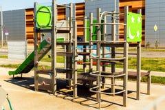 Neuer Spielplatz in einem Kindergarten Guter Ort für einen Kinderrest lizenzfreie stockbilder