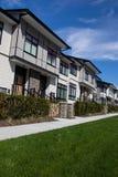 Neuer Stadtwohnungskomplex nagelneue Häuser gleich nach Bau auf Immobilienmarkt lizenzfreies stockfoto