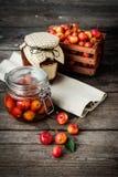 Neuer Stau und Stau aus Paradiesäpfeln auf a heraus stockfoto