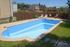 Neuer Swimmingpool in einem Garten Lizenzfreies Stockfoto